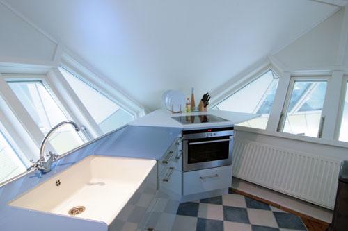 Creme Kleurige Keuken : De Grote Lichtinval En Het Horizontaal Gestreepte Behang Doen Pictures